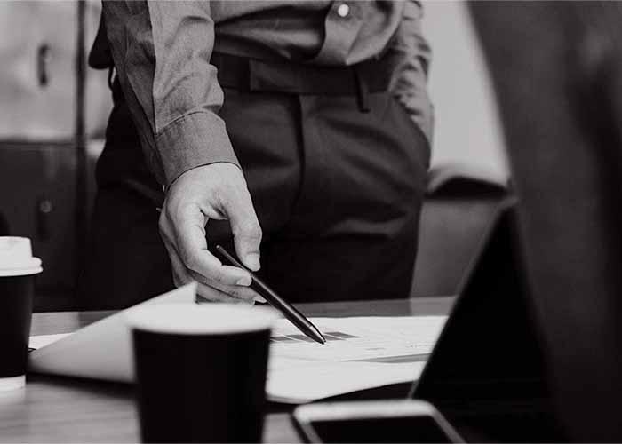 Unternehmensbewertung: Mann hält Stift