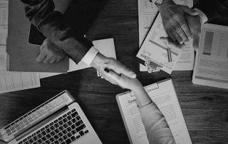 M&A-Prozess: Menschen, die Hände schütteln